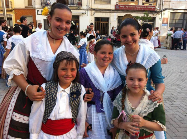 Nuria en las danzas populares de Tavernes de la Valldigna.