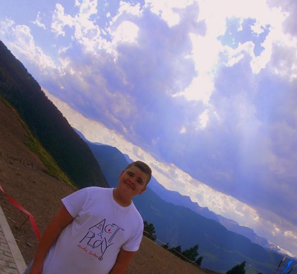 Maxi con su camiseta de actandplayers en Los Pirineos (Andorra)